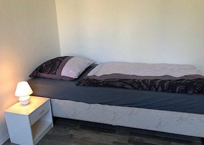 Einzelbett in Dortmunt mit Nachtlicht