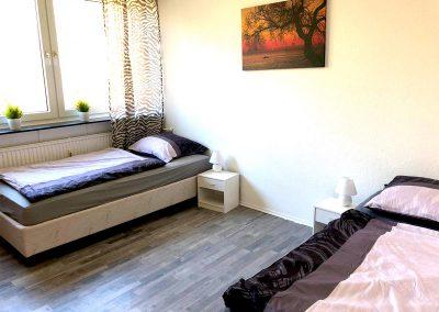 DIM Bett Solo an der Wand mit Nachtlicht in Dormtund klein geschnitten firstpage slider