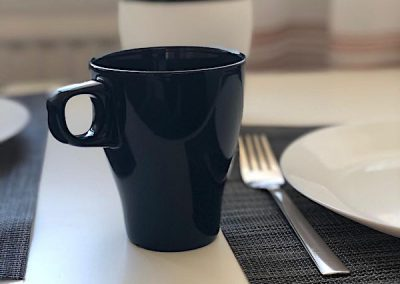 DIM Deko Bild mit einer Tasse Besteck und Teller auf dem Tisch Hintergrund