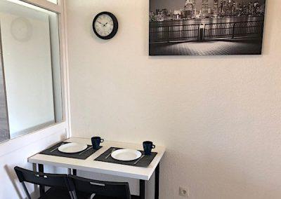 DIM Essbereich mit Teller Tassen und Besteck inkl Deko und eine Wandhur