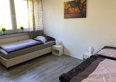 DIM zwei Betten Raum mit Nachtlichter und schöner Boden mit großem Fenster und ein Bild