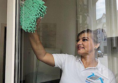 Monteurzimmer Fensterreinigung blonde Dame von DIM GmbH